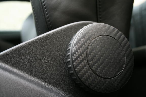 1 Foliendekor in Carbonoptik für die Sitz-Rückenlehnenverstellung