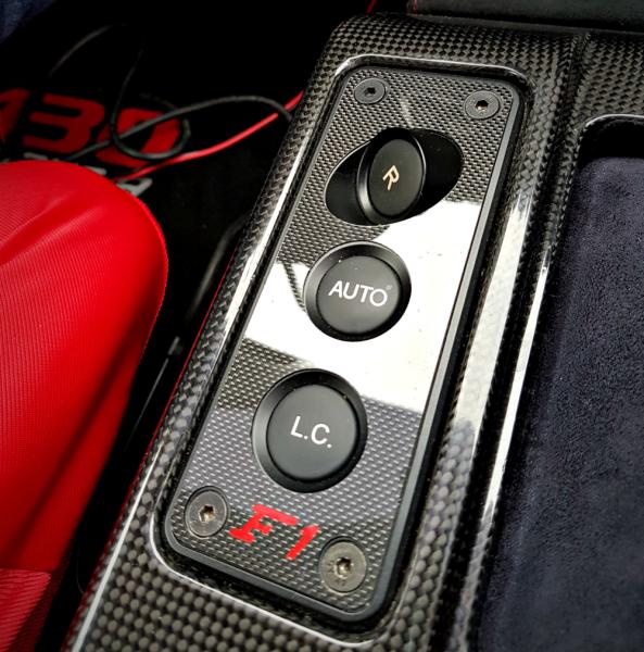 1 Carbon Dekorblende für die Schaltereinheit mit F1 Logo