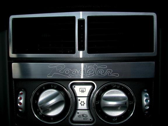 1 Aluminium Dekorblende oberhalb der Klimaanlage inkl. graviertem Schriftzug Roadster