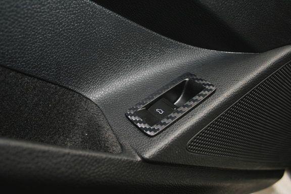 1 Dekorfolie in Carbonoptik für den Tanköffner im Fahrzeug