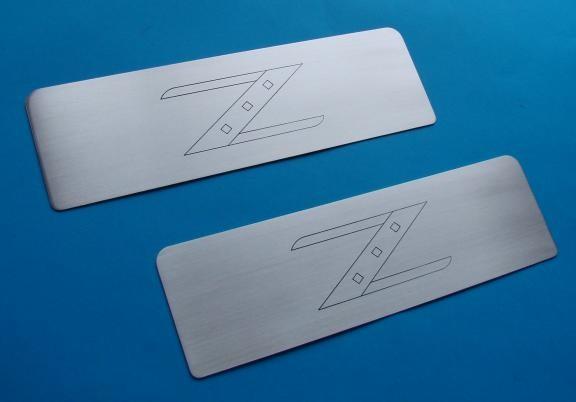 1 Set Aluminium Dekorblenden für die Staufächer hinter den Sitzen inkl. Gravur 350Z